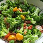 Диетический салат с беконом и брокколи