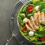 Кето салат с курицей, соусом песто и помидорами черри