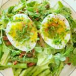 Салат со спаржей, яйцами и беконом